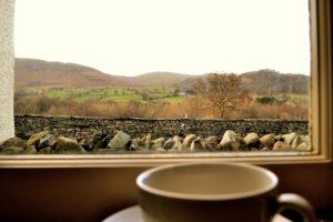 Tasse à café devant la fenêtre
