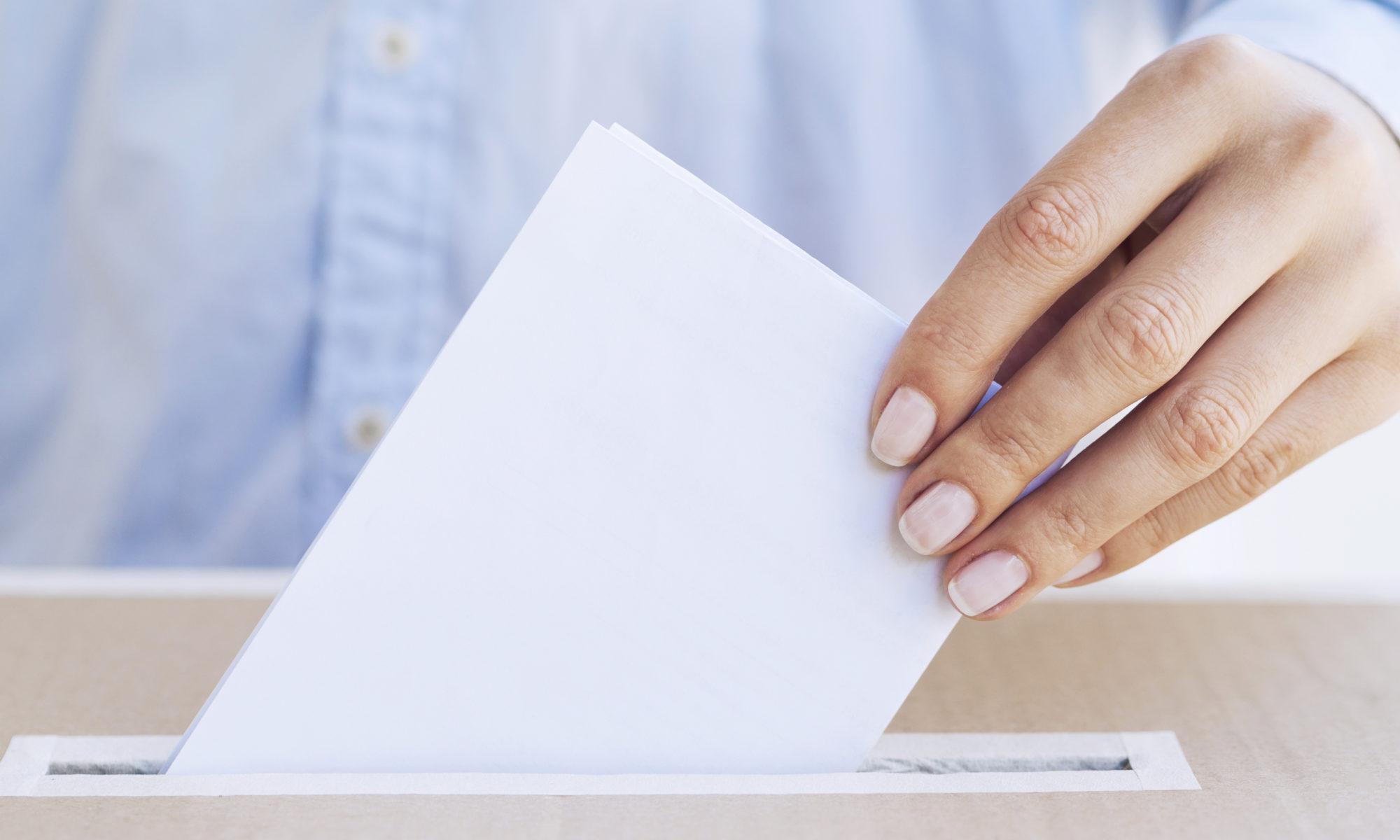 Femme mettant un bulletin dans l'urne